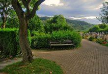 hřbitov s lavičkou